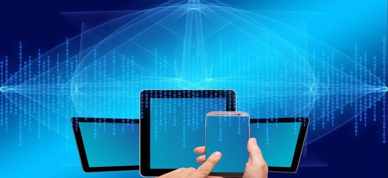 Vari dispositivi smart avvolti da righe di dati