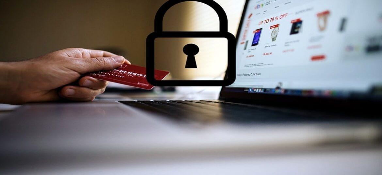 Icona di un lucchetto su foto di un PC con persona in mano una carta di credito, a simbolo di gestione GDPR PER E-COMMERCE
