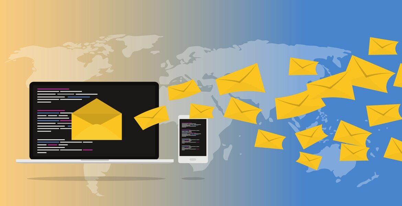 Immaigni di buste da lettera che rappresentano newsletter ed email marketing, dirette verso schermo di pc e smartphone