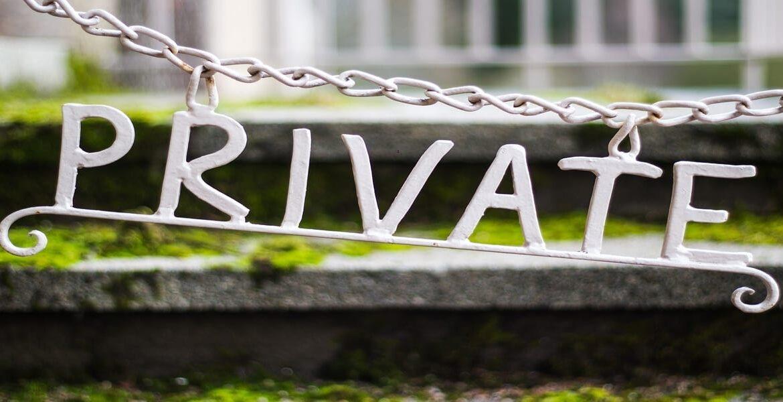 Immagine della decorazione di una catena con scritta PRIVATE