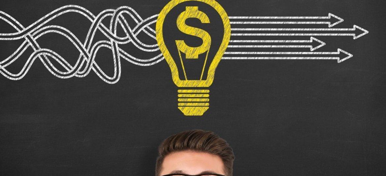 Persona che guarda in alto simbolo del dollaro dentro una lampadina disegnata, simbolo di finanziamenti per nuove aziende e startup