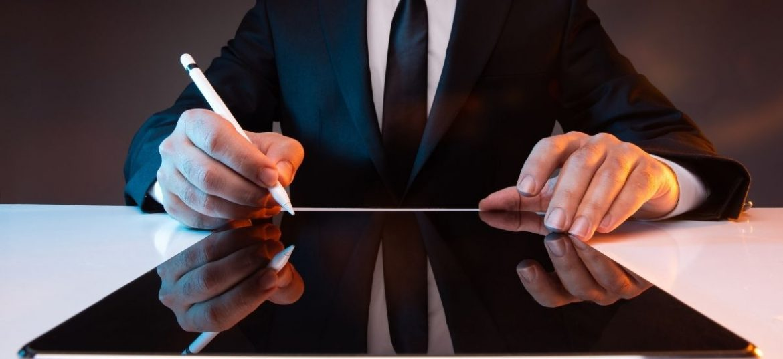 Persona con pennino che digita su tablet