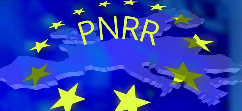 Immagine dell'UE in blu, sovrastata da 12 stelle con la scritta PNRR